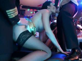 שובבי כוכבת פורנו למצוץ two dicks ב מועדון