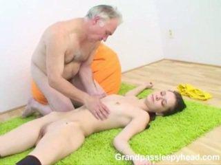 Grandad has सेक्स किशोर का sleepyhead और spunks onto उसकी