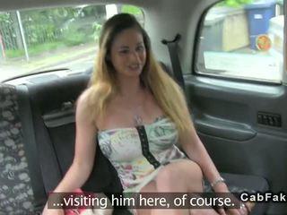 Rondborstig hongaars babe neuken in brits fake taxi