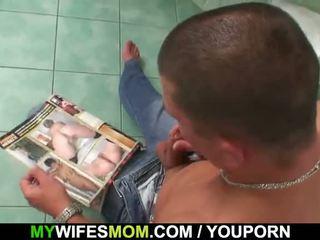 Грудаста мама і son-in-law спіймана в ванна кімната