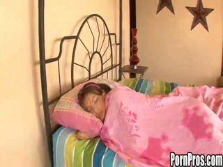 Sıcak genç çıplak violated içinde uyku