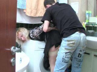 Matang si rambut perang dan remaja budak lelaki has seks dalam bilik mandi