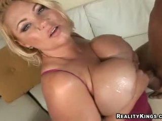 Samantha 38g wanks jock з її величезний змащена олією вгору грудисті