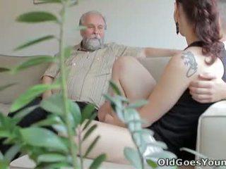 Ilona og henne mann are sharing en god tid når han invites hans eldre venn løpet