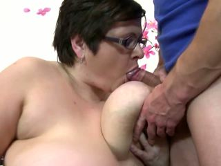 Nagy érett anya szívás és fasz fiatal szerencsés fiú: ingyenes porn 4c