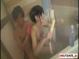 Taking bath con grande tetas japonesa mamá