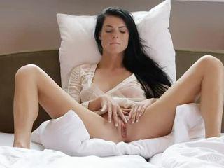 주근깨가있는 gal margot masturbates 그녀의 muff