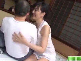Moshë e pjekur chic në japoneze has seks