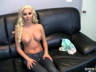 Busty cô gái tóc vàng giới tính vì tiền tại công việc phim cảnh
