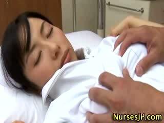 जपानीस एशियन नर्स ग्रोप्ड द्वारा उसकी रोगी