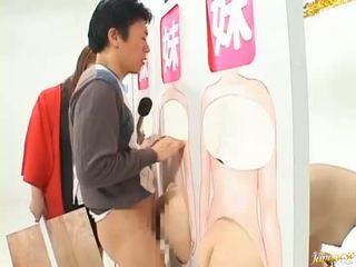 Jepang av model terpaksa untuk mengisap