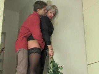 Матуся шльондра seduces молодий хлопець