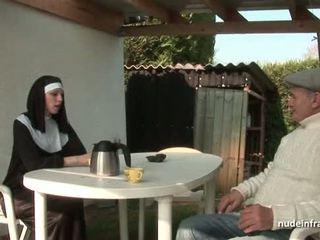 Muda perancis biarawati kacau keras di seks tiga orang dengan papy orang yang menikmati melihat seks