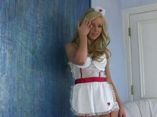Bitchy gyllene haired kayden kross ser så hawt och kåta på henne underkläder indoor