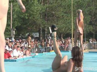 Freaky 女孩 党 硬 为 该 crowd