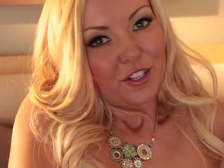 Blonde aaliyah amour shows de son corps