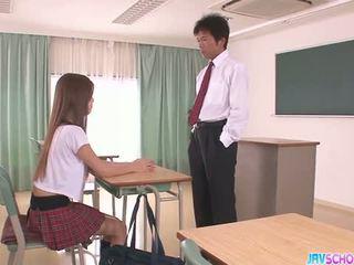 Kåt asiatisk skolejente blowjob og knulling