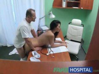 Fakehospital lékař fucks porno herečka přes psací stůl v soukromý clinic