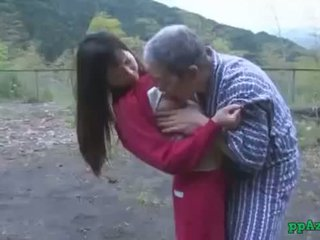 Azijietiškas mergaitė getting jos putė licked ir pakliuvom iki senas vyras sperma į šikna lauke į
