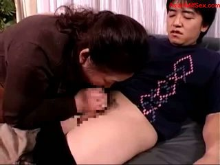 Gemuk dewasa wanita giving mengisap penis untuk muda guy air mani untuk mulut spitting untuk palm di itu kursi sofa getting dia puting sucked di itu tempat tidur