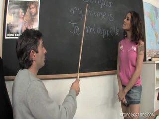 Merry brunete studente bangs skolotāja