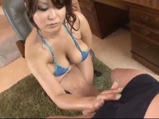Krūtainas aziāti uz blue bikini blows a dzimumloceklis