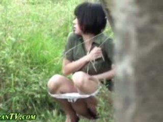 Ázijské sluts piss outdoors