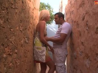 Blonda adolescenta fucks turist în alley
