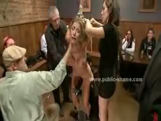 Suur rinnad kiimas hoor tied koos käed üles sunnitud kuni olema seks ori sisse ekstreemne sado maso