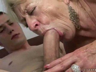 Бабуся і хлопець enjoying жорсткий секс