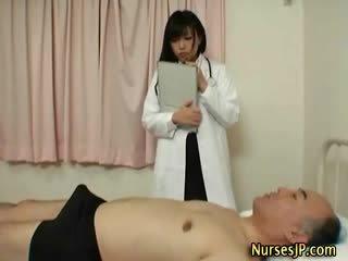 Ištvirkęs japoniškas seselė gives rankų darbas