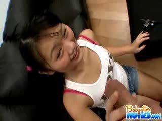 Nadržený maličký hlídání evelyn shows pryč ji prdel a fingers hluboký