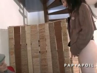 Papy se fait pomper la queue par une jeune нимфомани