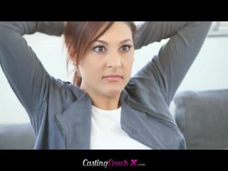 Schattig meisje takes ruw anaal casting session