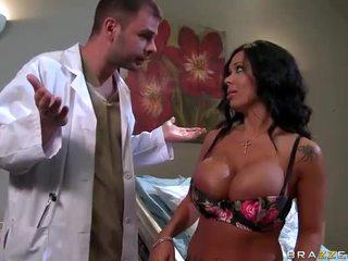 Sienna west gets beliau seksi pantat/ punggung examined oleh doktor