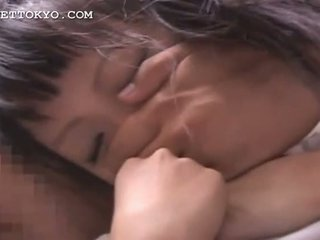 Asiatisch rasiert teen feucht muschi finger teased im