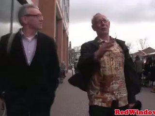 Skutočný šľapka cumswaps s a špinavé starý bastard