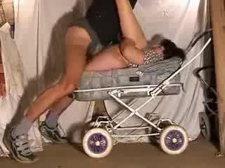 Dojrzała mama gorące pieprzyć w stroller wideo