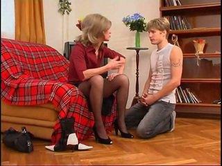 Ruské milfka dominates mladý guy
