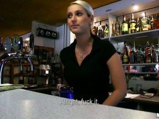 Heiß bartender lenka gebohrt für geld