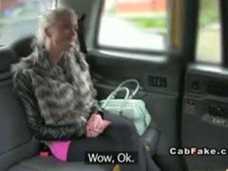 बस्टी फिनिश ब्लोंड bangs में taxi