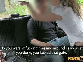 Μακριά από δασμός αστυνομία γυναίκα enters ένα fake taxi