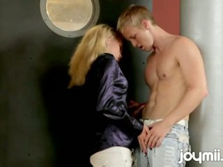 Tjeckiska flicka adele rips off clothes