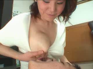 Japonská maminka breastfeading video