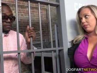 Amber lynn bach fucks a 검정 guy 에 a 감옥