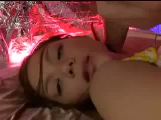 Dormind fata cu tied arms și picioare getting ei pasarica licked stimulated cu vibrator de guy în masca pe the pat