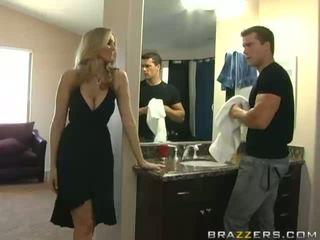 Super sexy rondborstig blondine milf overspel haar echtgenoot en neuken