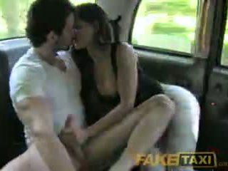 Faketaxi espagnol couple avoir chaud sexe en arrière de taxi