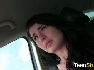 Nastolatka dziewczyna touches chuj driver w samochód