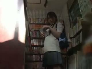 Sramežljivo šolarka otipavanje in used v a bookstore